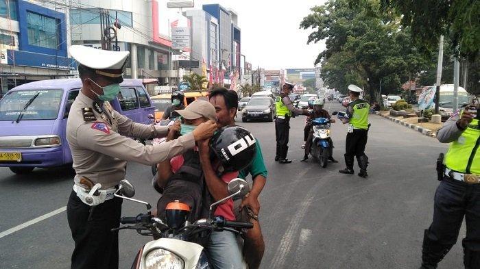 POPULER PADANG - Mahasiswa Pungut Sampah Sebelum Bubar| Polresta Padang Bagikan Masker