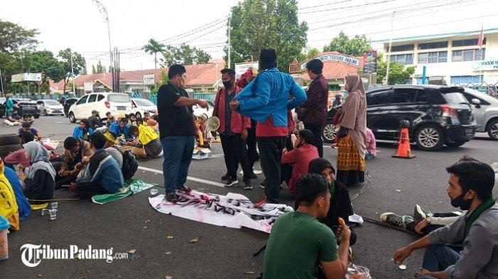 Demo Tolak UU Cipta Kerja di Padang, Massa Mulai Berdatangan ke Kantor Gubernur Sumbar