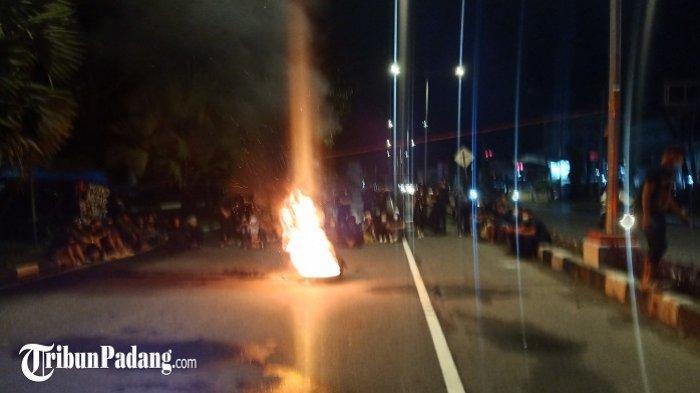 Massa aksi membakar ban di Jalan Khatib Sulaiman, Padang, Jumat (9/10/2020).