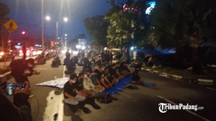 Massa aksi salat magrib berjemaah di Jalan Khatib Sulaiman, Padang, Jumat (9/10/2020).