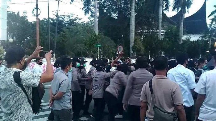 Aparat dan Massa Sempat Saling Dorong, Aksi Tolak Omnibus Law di Padang Dibubarkan