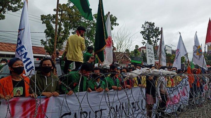Demo Tolak UU Cipta Kerja di Padang, Ribuan Massa Kepung Kantor DPRD Sumbar