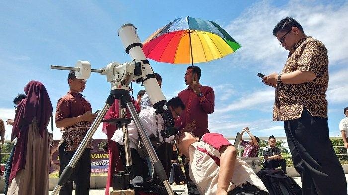 Masyarakat Kota Padang Antusias Menyaksikan Fenomena Gerhana Matahari Cincin