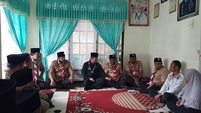Wagub Nasrul Abit Sampaikan Permohonan Maaf Saat Kunjungi Rumah Duka