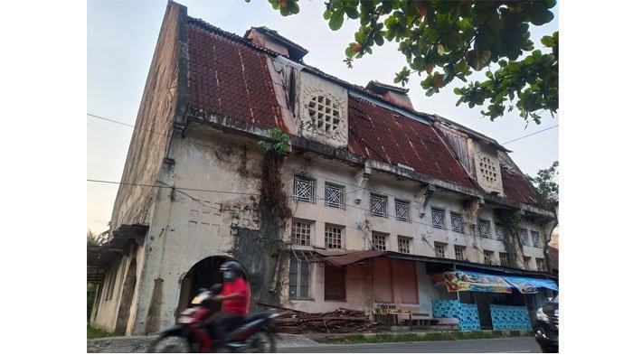 Melihat Gedung Geo Whery dan Co, Bangunan Bergaya Arsitektur Belanda di Kawasan Kota Tua Padang, foto diambil Selasa (25/5/2021)