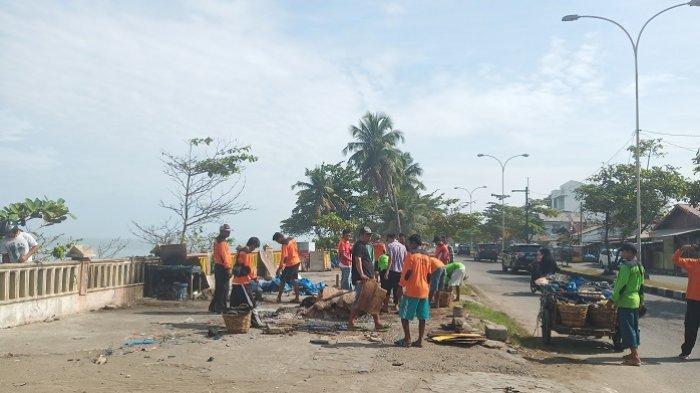 Lokasi Jualan Akan Dibangun Trotoar, PKL Dekat Taman Budaya Pantai Padang Bongkar Lapak Sendiri