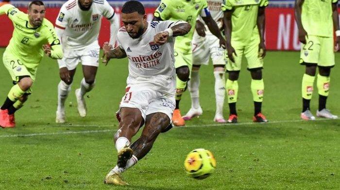 Memphis Depay cetak gol penalti dalam duel Olympique Lyon vs Dijon di Liga Prancis, 28 Agustus 2020.