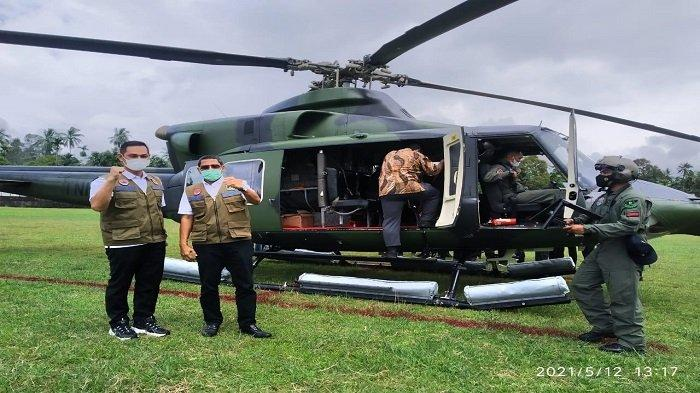 Rombongan Menteri Sosial (Mensos) RI, Tri Rismaharini menggunakan helikopter seaat mendarat di Kabupaten Solok Selatan, Provinsi Sumatera Barat atau Sumbar, Rabu (12/5/2021).
