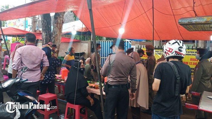 PPKM Mikro di Kota Padang - Petugas Tim Gabungan Datang Nasihati Pedagang, Lalu Pengunjung Menjauh