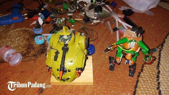 Seorang Lelaki di Padang Ubah Sampah Jadi Miniatur Robot, Guntur: Sedotan hingga Botol Bekas
