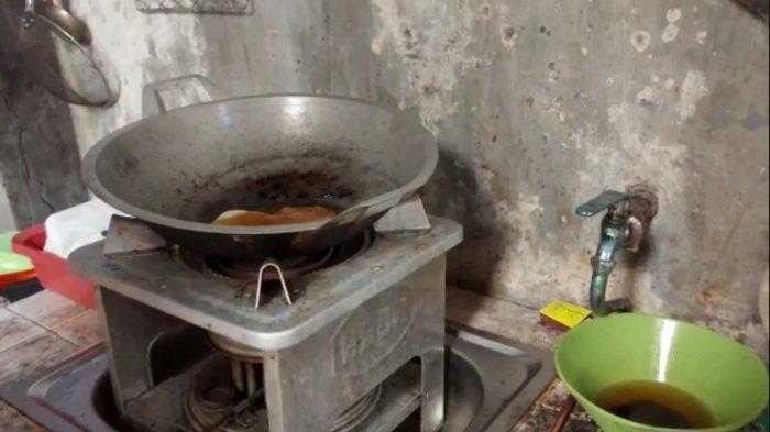 Minyak goreng panas yang diduga disiramkan kepada korban.
