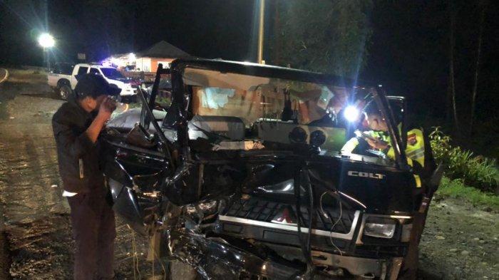 Mitsubishi L300 ringsek setelah terlibat kecelakaan dengan Mitsubishi Xpander di Jalan Lintas Padang-Padang Panjang, Senin (7/6/2021).