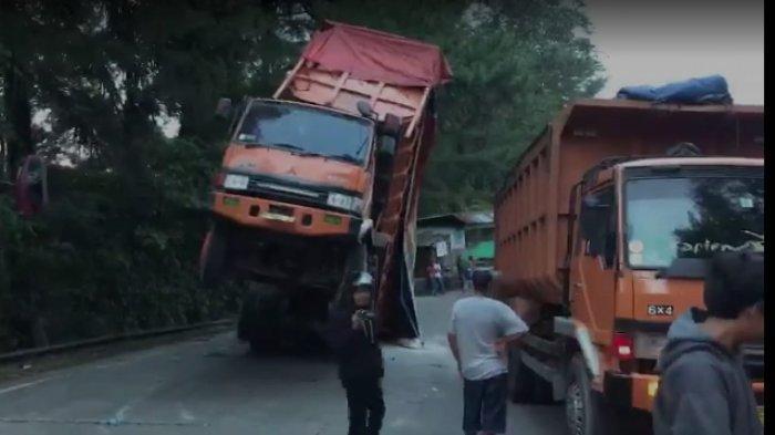 Bagian Depan Mobil Truk Terangkat di Pendakian Sitinjau Lauik, Akibatkan Kemacetan
