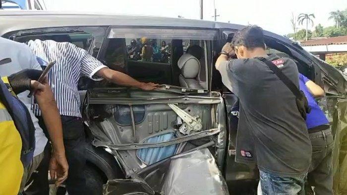 Kereta Api Minangkabau Ekspres Tabrak Kijang Innova di Padang