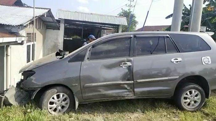 Mobil Kijang Innova mengalami kerusakan setelah ditabrak kereta api di Padang, Rabu (21/4/2021).