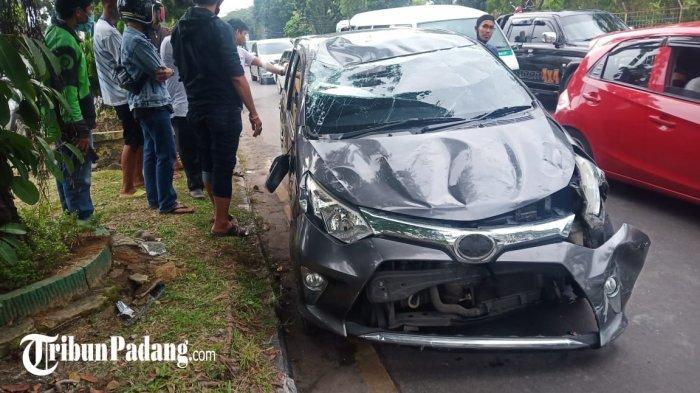 Mobil mengalami kerusakan akibat kecelakaan di Tabing, Padang, Sabtu (1/5/2021).