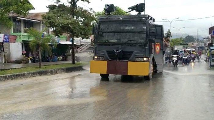 Polda Sumbar Turunkan Mobil Water Canon untuk Siram Jalan Tertutup Tanah di Padang