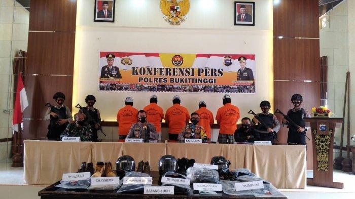 Konferensi pers terkait perkara dugaan penganiayaan terhadap dua anggota TNI di Polres Bukittinggi, Sabtu (7/11/2020).