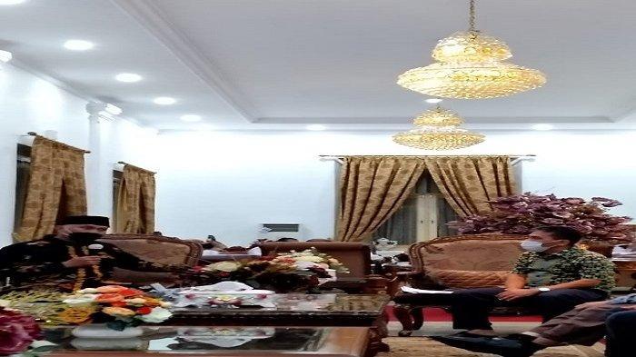 Gubernur Sumbar, H Mahyeldi menerima kunjungan Pengurus Masyarakat Sejarawan Indonesia (MSI) Cabang Sumbar, Wannofri Samry, M.Hum di Rumah Dinas Gubernur Sumbar, Kota Padang, Sabtu (19/6/2021) malam.