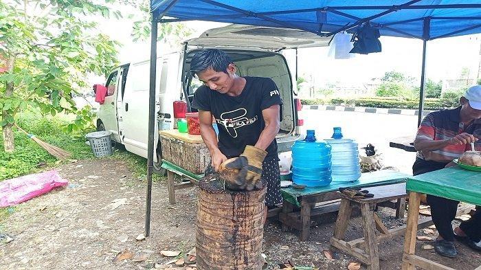 Suka-duka Penjual Kelapa Muda Bakar di Kota Padang: Awalnya Sepi Pembeli, Sering Kena Air Panas