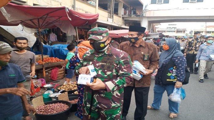 Gubernur dan Pejabat Muspida Bagikan Masker di Pasar Raya Padang, IP: Masyarakat Masih Peduli