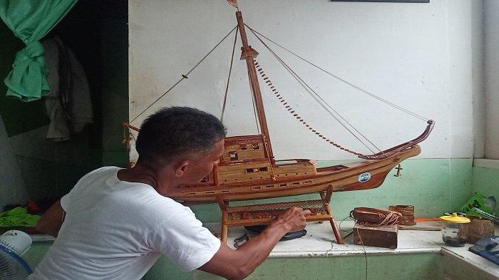 Miniatur Kapal Pinisi Hasil Karya Nelayan Kota Padang, Slamet Sareko: Sekarang Musim Ikan Sepi