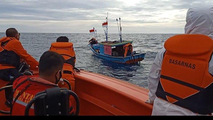 Tim SAR Tarik Perahu ke Muaro Padang, Setelah Kapal Nelayan Mati Mesin, dan Terombang-ambing di Laut