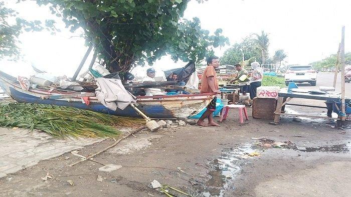 Nelayan Ombak Puruih Kota Padang Melaut Saat Cuaca Buruk, Alhasil Tangkapan Ikan Sedikit