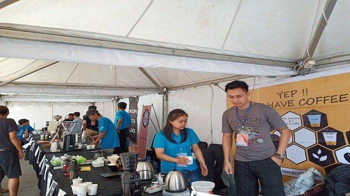 1.250 Cup Kopi Dibagikan Dalam Even Ngopi Bareng KAI Bagi Penumpang Kereta Api di Kota Padang