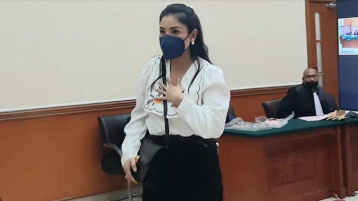 Nindy Ayunda jadi saksi yang dihadirkan Jaksa Penuntut Umum (JPU) dalam sidang kasus narkoba dan kepemilikan senjata api ilegal yang menjerat suaminya, Askara Parasady Harsono di PN Jakarta Barat, Senin (26/4/2021).