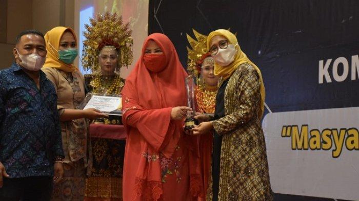 Kepala Unit Humas & Kesekretariatan PT Semen Padang Nur Anita Rahmawati (kanan) ketika menerima Anugerah Keterbukaan Informasi Publik yang diserahkan Anggota DPR RI Nevi Zuairina (kiri).