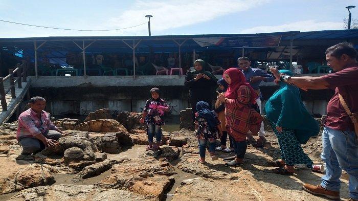 Wisata Pantai Air Manis Padang Ramai Pengunjung, Batu Malin Kundang Masih Jadi Destinasi Favorit