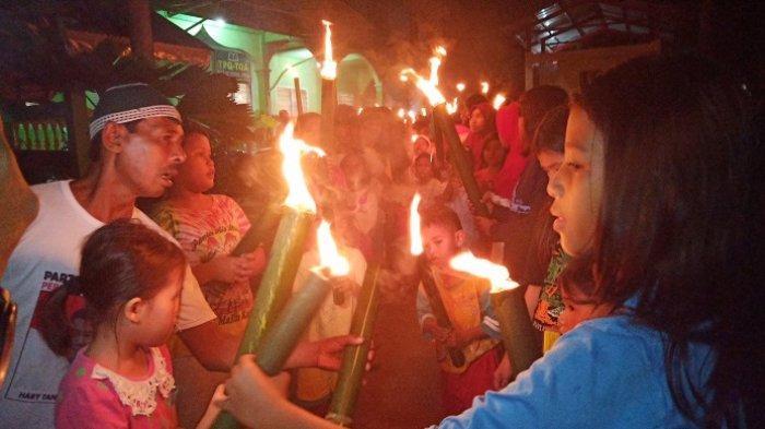 Kemeriahan Malam Takbir di Pantai Air Manis Padang, Warga Ramai-ramai Pawai Obor