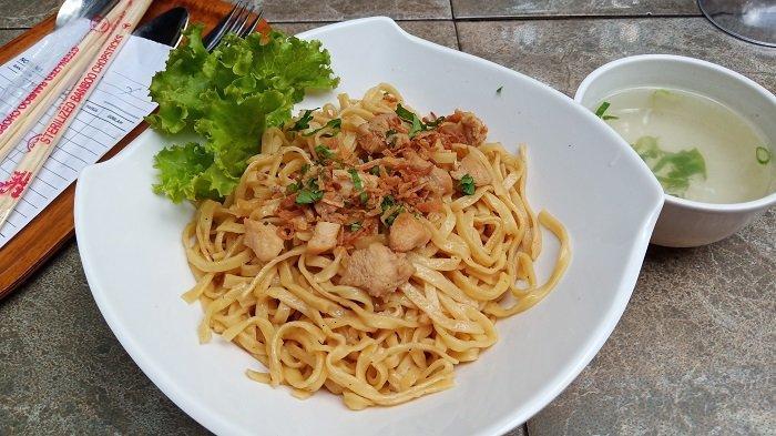 Mie Ayam Omasemi Diserbu Pengunjung Jadi Menu Sarapan di Cafe Jalan Palupuh Kota Padang