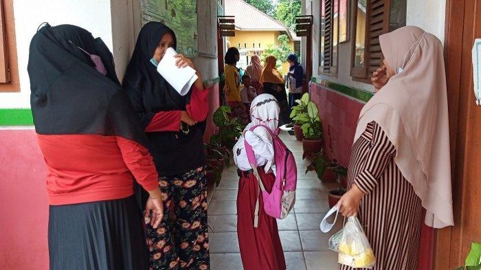 Hari Pertama Belajar Tatap Muka di Padang, Orang Tua Ikut ke Sekolah, Tunggu Anak Pulang