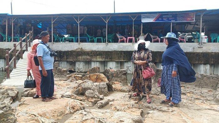 Kisah Tukang Foto Wisata di Pantai Air Manis Padang, Pernah Memotret Istri Mantan Presiden RI SBY
