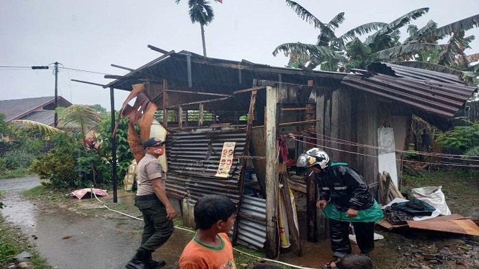 Hujan dan Angin Kencang Terjang Satu Rumah Warga Kota Padang, Tim BPBD Salurkan Bantuan