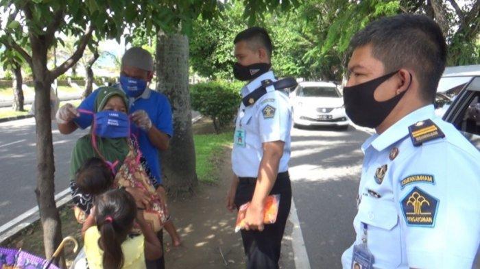 Napi Lapas Klas II-A Muaro Padang Dapat Asimilasi, Bagikan Masker ke Pengendara dan Pejalan Kaki
