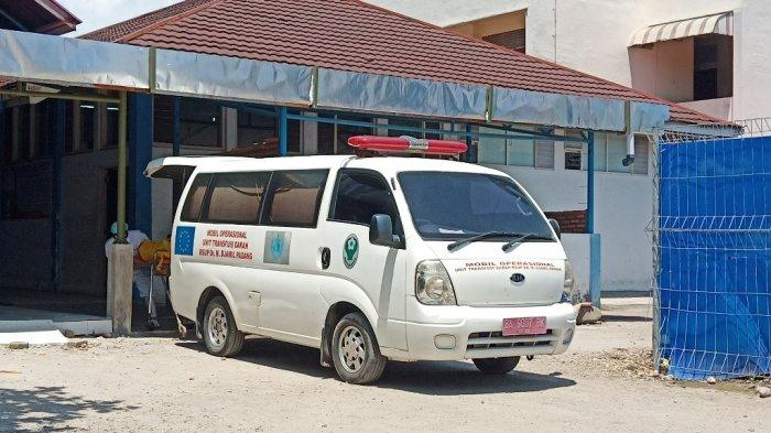 Pasien PDP yang meninggal dunia di RSUP M Djamil Padang dimasukkan ke ambulance, Kamis (9/4/2020), untuk dibawa ke Pasaman