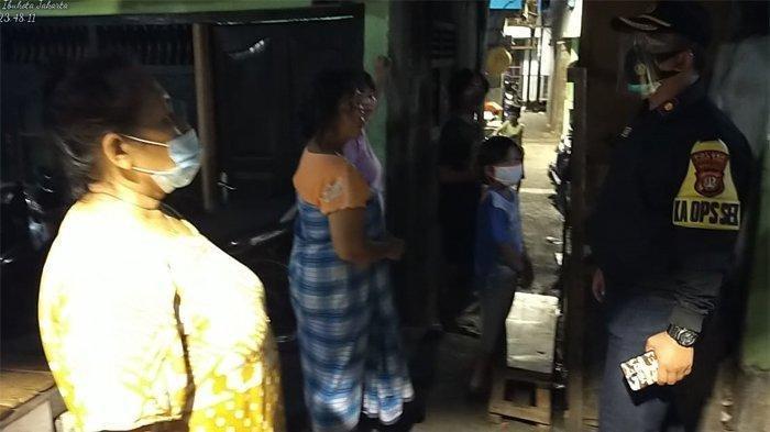 Sosialisasi 3M Cegah Penularan Covid-19, Polisi Patroli Berjalan Kaki Sambangi Rumah Warga
