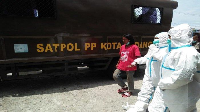 Satpol PP Padang Patroli Lalu Tertibkan ODGJ, Libatkan Petugas Puskesmas Pakai APD Lengkap