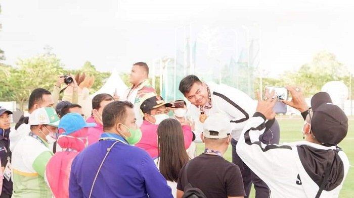 Tangis haru Rafika Putra dan ofisial masing-masing mendadak pecah saat mereka di lintasan atletik Mimika Sport Complex, Minggu (10/9/2021)