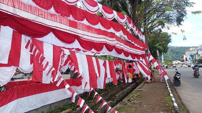 Pedagang Bendera Merah Putih Mulai Ramai di Padang, Harganya Bervariasi, Mulai Rp 5 Ribu