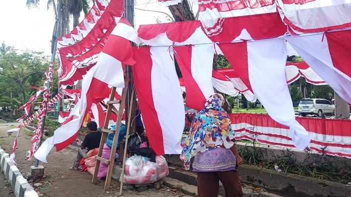 Jelang HUT RI ke-75, Omset Pedagang Bendera Merah Putih Masih Rendah, Sepi Pembeli