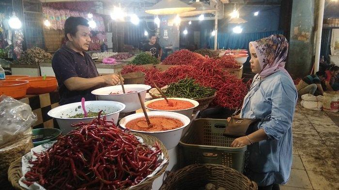 Pedagang dan pembeli Cabai merah Pasar Raya Padang, Kota Padang pada Jumat (9/4/2021) menjelang Ramadhan 1442 Hijriah. Kini, harga cabai memang mengalami penurunan dari Rp 48 ribu per Kg menjadi Rp 35 ribu per Kg.
