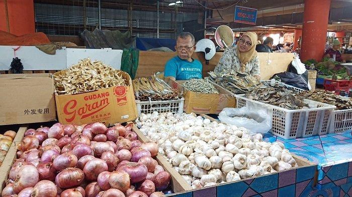Harga Bawang Putih di Pasar Raya Padang Mulai Turun, Sentuh Harga Rp 30 Ribu Per Kilogram