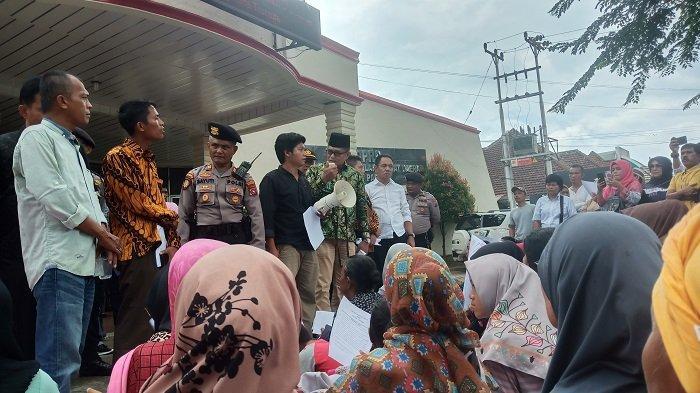 Demo PKL Disambut Ketua DPRD Padang, Syafrial Kani Ajak Masuk Ruangan untuk Berdiskusi