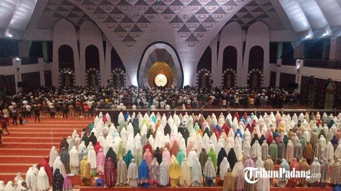 Pelaksanaan shalat tarawih malam pertama Ramadan 1442 H di Masjid Raya Sumatera Barat, Senin (12/4/2021).