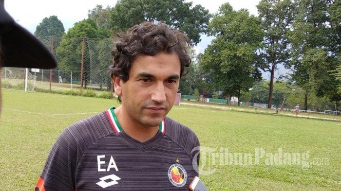 Alasan Pelatih Semen Padang FC Eduardo Almeida Belum Duduk di Bangku Pemain Saat Lawan Persib