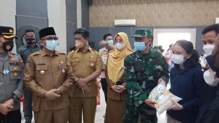 Warga Padang Timur yang Vaksinasi di SMKN 2 Padang Terima Beras 5 Kg